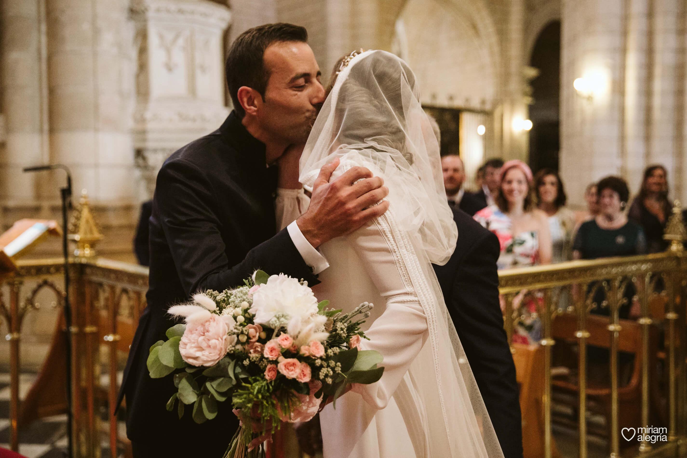 novia-con-capa-miriam-alegria-fotografo-boda-estilo-rebeca-esteban-finca-buenavista
